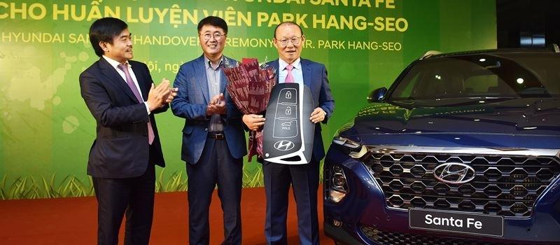 Hyundai Thanh Cong trao tang xe SantaFe may dau cho HLV Park Hang Seo