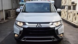 Chi tiet phien ban tieu chuan gia re Mitsubishi Outlander 2.0 CVT 2020