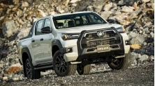 Nen mua xe Toyota Hilux Adventure hay Ford Ranger Wildtrak