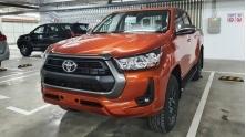 Mua xe Mitsubishi Triton hay Toyota Hilux