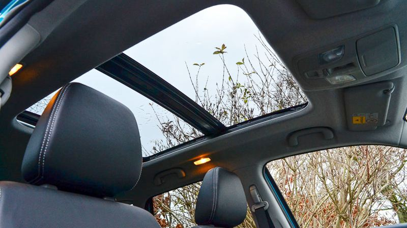Cửa sổ trời trên xe ô tô có tác dụng gì? - Ảnh 1